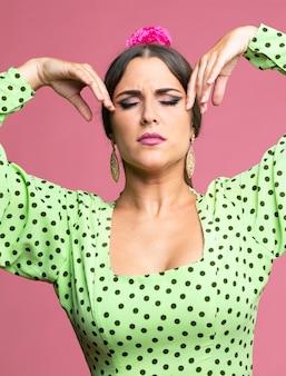 Vrouw het dansen flamenco met gesloten ogen
