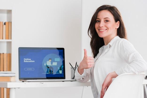 Vrouw het doen beduimelt omhoog gebaar e-lerend concept