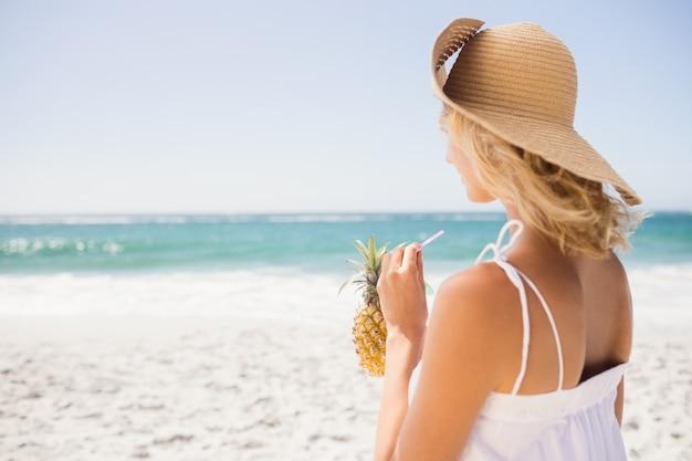 Vrouw het drinken cocktail in ananas