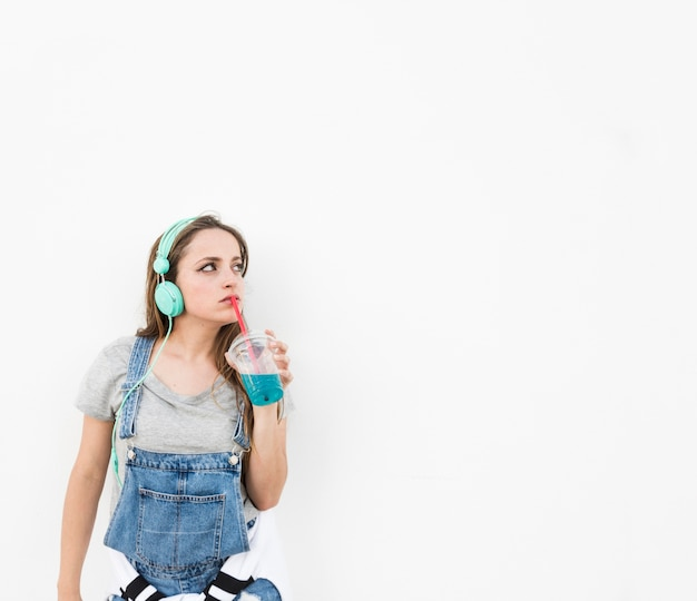 Vrouw het drinken glas sap die zich tegen witte achtergrond bevinden