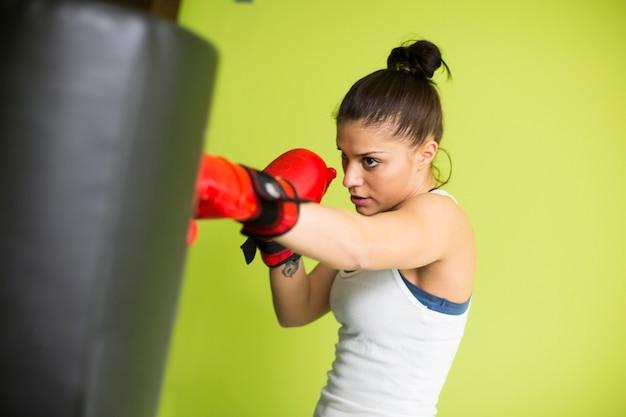 Vrouw het in dozen doen training binnen in een nieuwe lichte gymnastiek