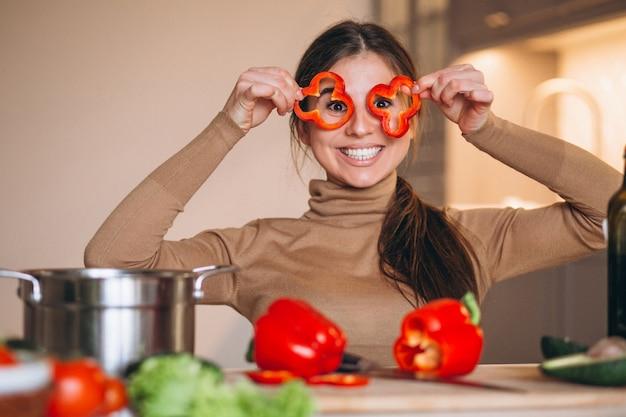 Vrouw het koken bij keuken