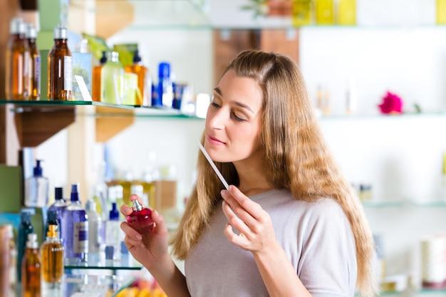 Vrouw het kopen parfum in winkel of winkel
