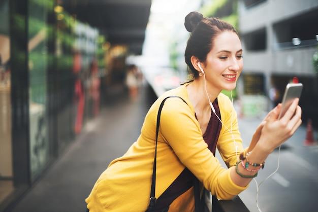 Vrouw het luisteren muziekmedia entertainment reizend concept