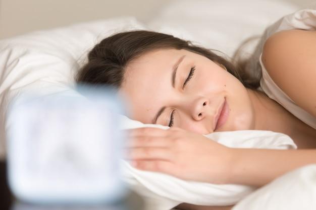 Vrouw het ontspannen in bed alvorens op het werk te gaan