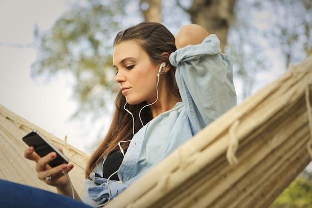 Vrouw het ontspannen in een hangmat