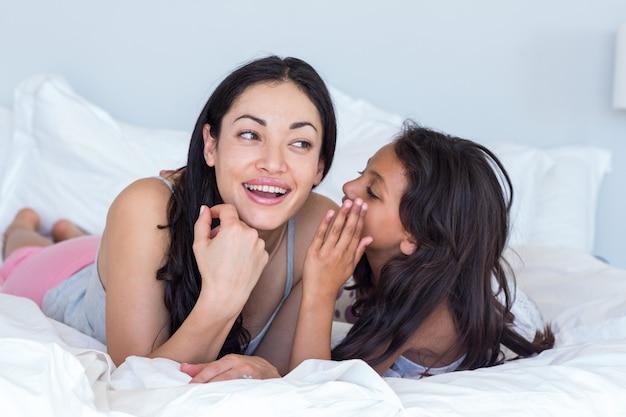 Vrouw het ontspannen met haar dochter