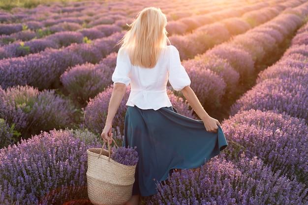 Vrouw het ontspannen op bloemgebied