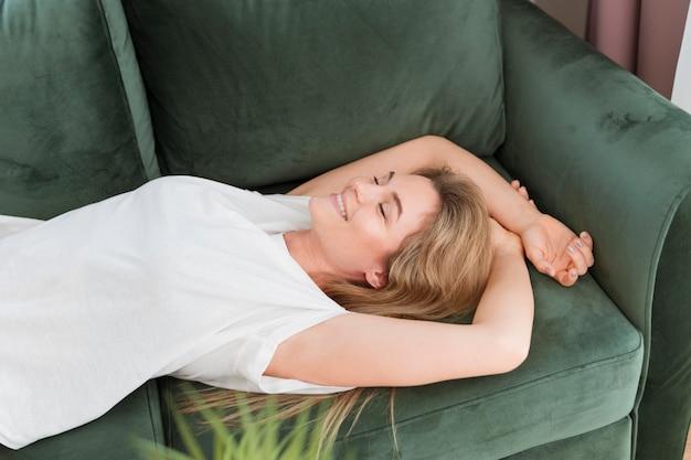 Vrouw het ontspannen op de laag hoge mening