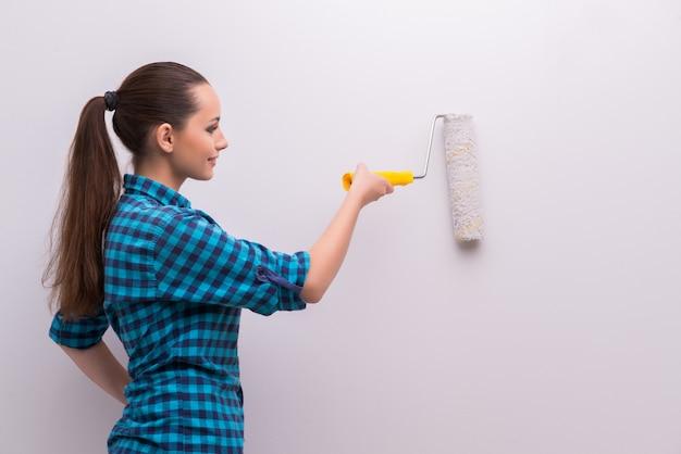 Vrouw het schilderen huis in diy-concept