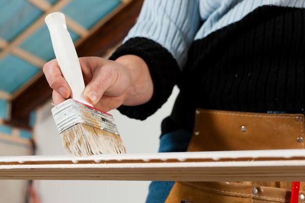 Vrouw het schilderen op bouwwerf
