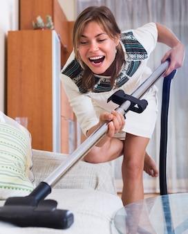 Vrouw het schoonmaken in woonkamer