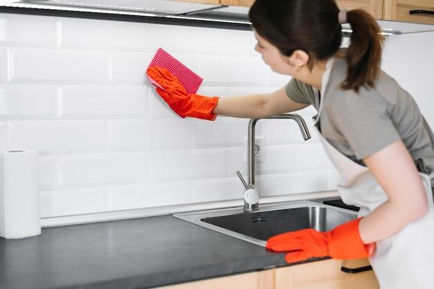 Vrouw het schoonmaken met vod