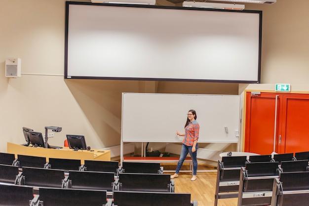 Vrouw het stellen door raad in lezingszaal
