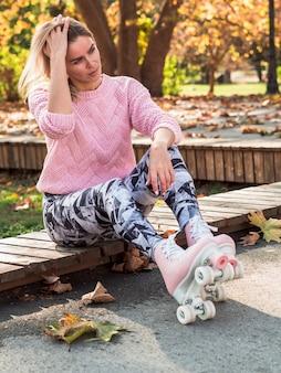Vrouw het stellen in beenkappen en rolschaatsen