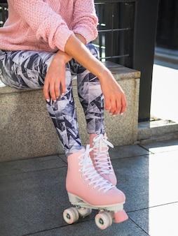 Vrouw het stellen in schaatsen en beenkappen