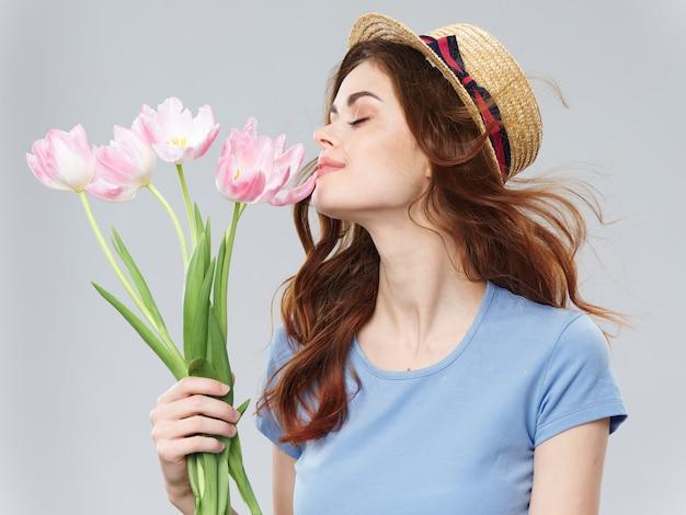 Vrouw het stellen met een boeket van bloemen