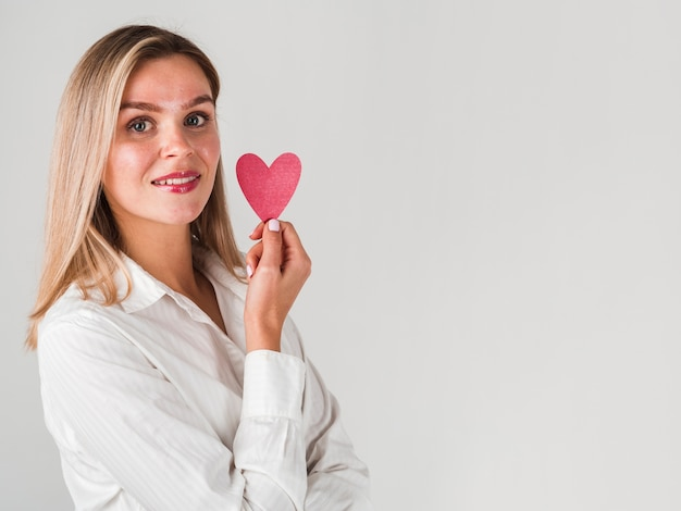 Vrouw het stellen met hart en exemplaarruimte