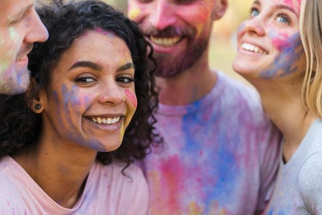 Vrouw het stellen met vrienden bij festival