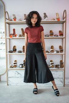 Vrouw het stellen voor schoenenplanken