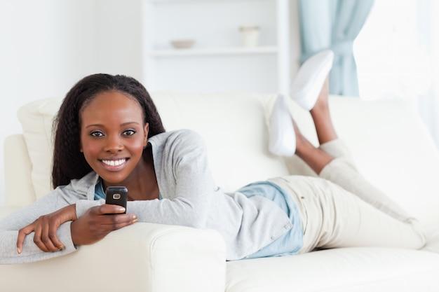 Vrouw het texting op bank