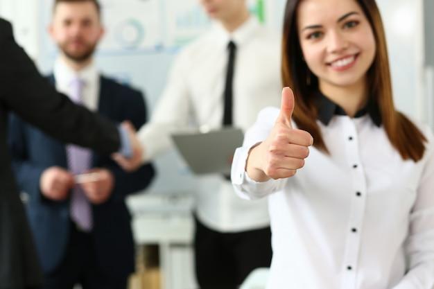 Vrouw het tonen bevestigt symbool tijdens conferentie in bureau