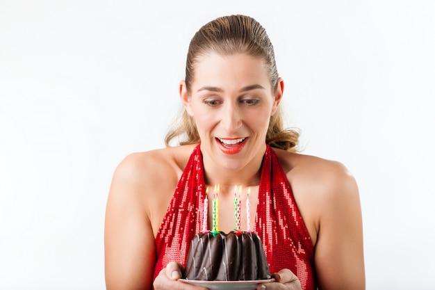 Vrouw het vieren verjaardag met cake en kaarsen