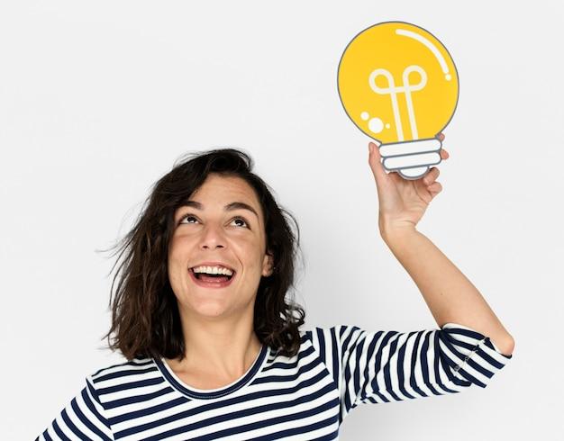 Vrouw hold light bulb think ideas create