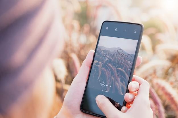 Vrouw houd smartphone