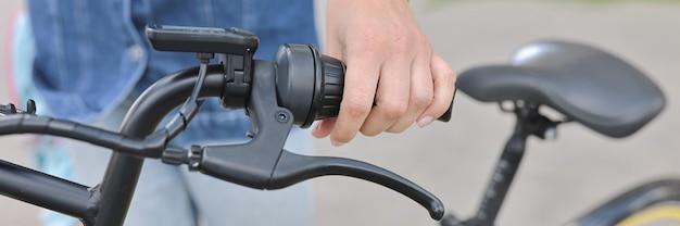 Vrouw houden stuur van fiets close-up.