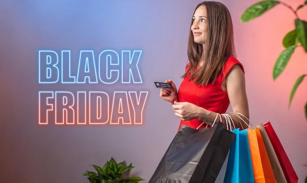 Vrouw houdt boodschappentassen vast en de woorden black friday staan naast
