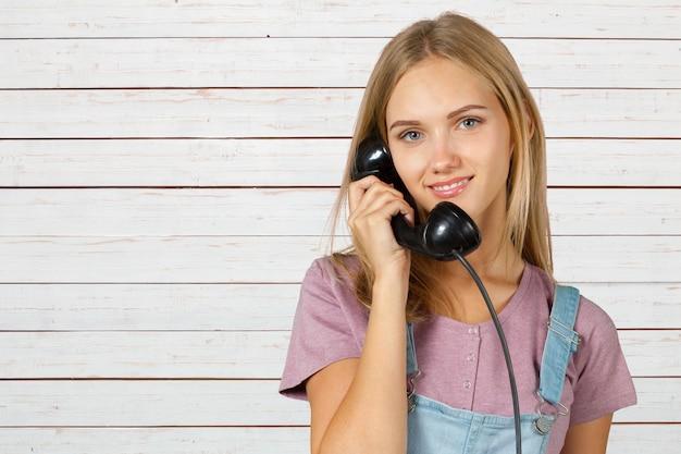 Vrouw houdt de handset van de it-telefoon vast