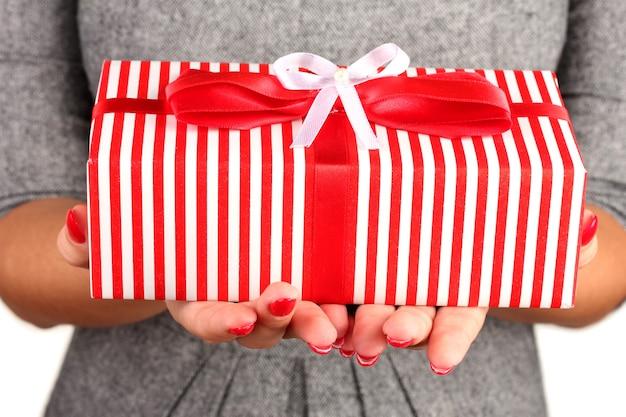 Vrouw houdt doos met cadeau op witte achtergrond close-up