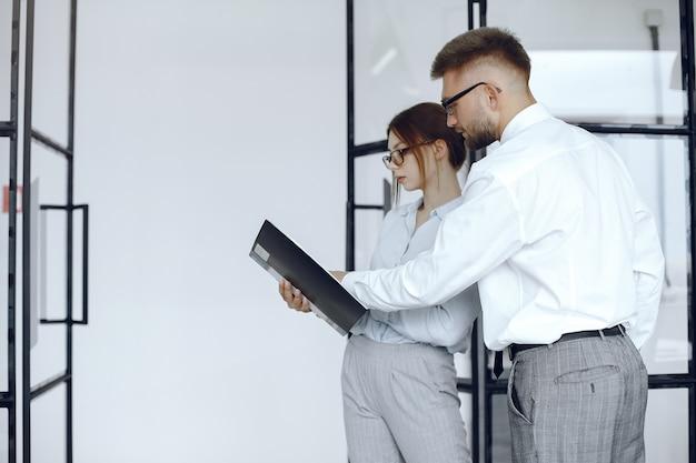 Vrouw houdt een map. zakelijke partners op een zakelijke bijeenkomst. mensen met een bril