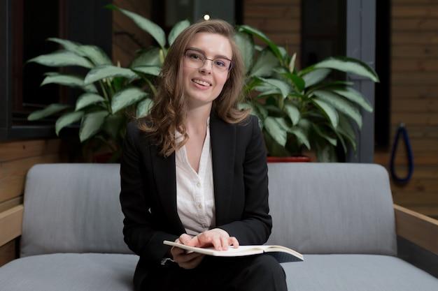 Vrouw houdt een online vergadering en conferentie kijkt naar de camera en gebruikt de webcam om te communiceren legt de regels uit