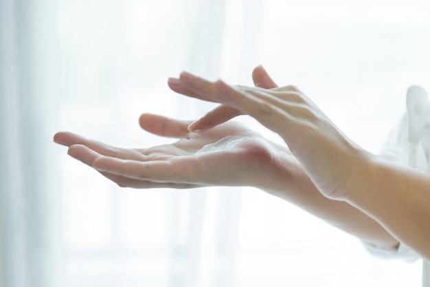 Vrouw houdt een pot met een cosmetische crème in haar handen