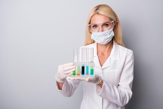 Vrouw houdt kolf met chemische vloeistof
