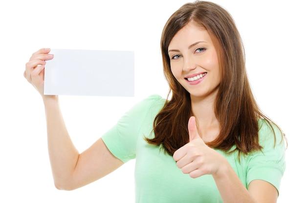 Vrouw houdt lege kaart en toont thumbs-up