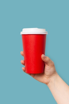Vrouw houdt papieren kopje koffie om te gaan of thee