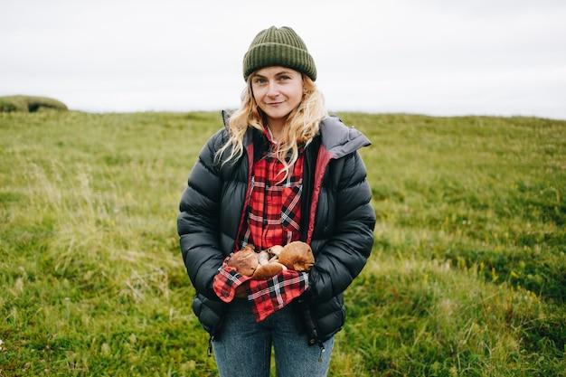 Vrouw houdt vers geplukte wilde paddestoelen