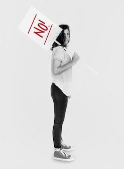 Vrouw houdt waarschuwingsbord voor voorzichtigheid vast