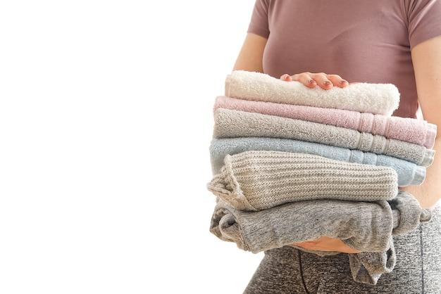 Vrouw houdt wasgoed in handen, roet in pastelkleuren