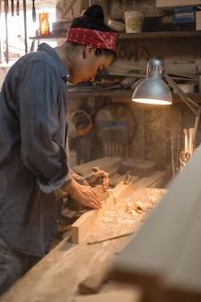 Vrouw houdt zich bezig met de verwerking van hout in de werkplaats. handgemaakt concept. levensstijl van ambachtslieden