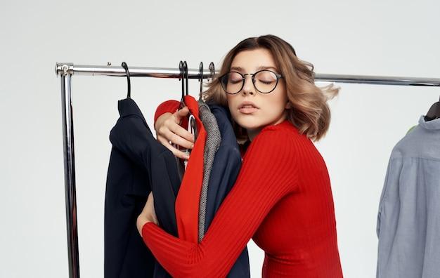 Vrouw hugs kleren in kleedkamer winkelen mode-stijl