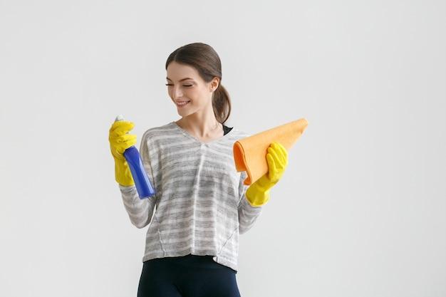 Vrouw huishoudelijk werk schoonmaak huis. studio opname.
