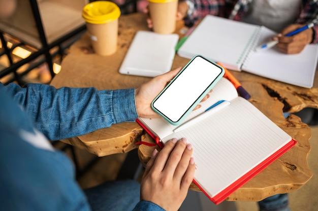Vrouw huiswerk met haar vriend met behulp van smartphone