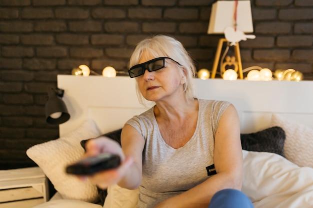 Vrouw in 3d-bril schakelen tussen kanalen