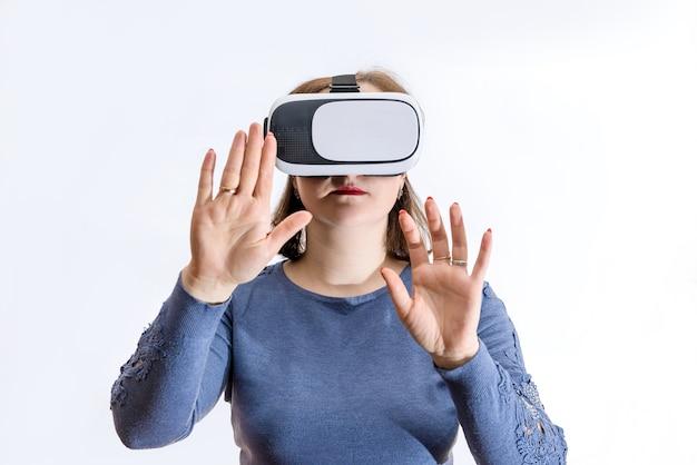 Vrouw in 3d virtuele bril op wit wordt geïsoleerd