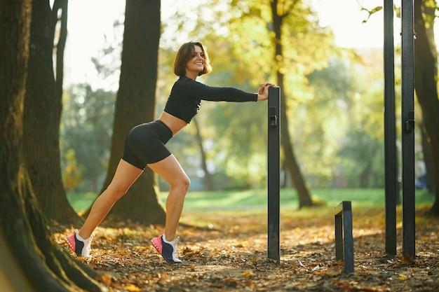Vrouw in activewear poseren buiten sport grond