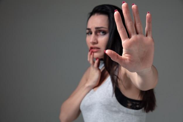Vrouw in angst voor huiselijk geweld en geweld, concept van vrouwelijke rechten.